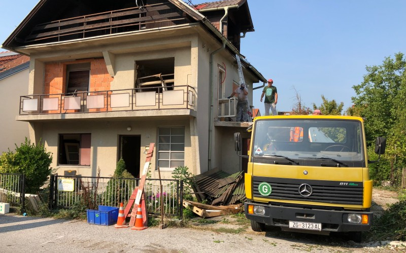 Rušenje krova i odvoz drvene građe